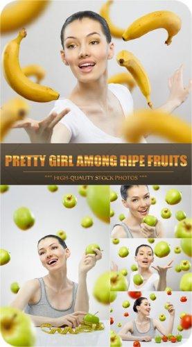 Девушка среди спелых плодов - Stock Photos