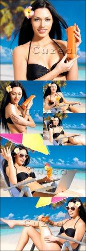 Красивая девушка отдыхает на пляже - Stock photo