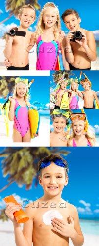 Группа детей с фотоаппаратами на летнем пляже| Group of children with camer ...