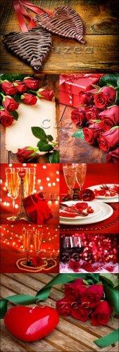 Розы, сердца и бокалы на деревянном фоне ко дню Валентина/ Roses, hearts an ...