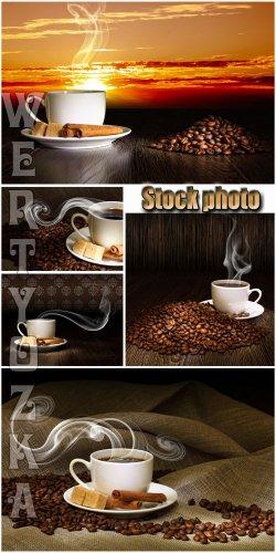 Ароматный кофе на фоне заката / Fragrant coffee on a background of a sunset ...