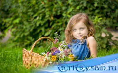 Шаблон для фото - Милая малышка на зеленой траве с цветами